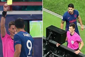Hài hước cảnh Luis Suarez đòi... giám sát cả trọng tài