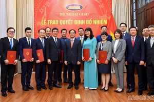 Trao quyết định bổ nhiệm Quyền Giám đốc Học viện Ngoại giao và cán bộ cấp Vụ của Bộ Ngoại giao