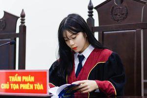 Nữ sinh khoác áo Thẩm phán khiến dân tình được phen xuýt xoa bởi nhan sắc quá xinh đẹp