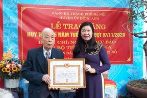 Trao tặng Huy hiệu 75 năm tuổi Đảng cho đảng viên lão thành
