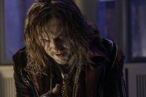 'Draco Malfoy' Tom Felton gây choáng với tạo hình Ông Kẹ trong phim thiếu nhi mới