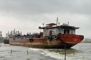 Nhiều nơi ở Quảng Ngãi ngập sâu, 4 sà lan trôi dạt trên cảng Dung Quất