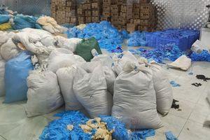 Kho hàng chứa gần chục tấn găng tay cao su đã qua sử dụng