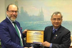 Đại sứ Nguyễn Anh Tuấn nhận bằng khen của Chủ tịch Phòng Thương mại và Công nghiệp Ukraine