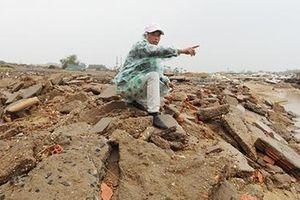 Doanh nghiệp ngang nhiên hút cát bờ sông sau lũ lụt
