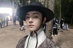 Hứa Khải gây tranh cãi vì mặc trang phục giống hanbok