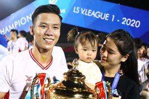 Cầu thủ CLB Viettel chia vui cùng vợ và bạn gái trong ngày vô địch