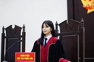 Khoác áo Thẩm phán, nữ sinh Học viện Tòa án 'gây sốt'