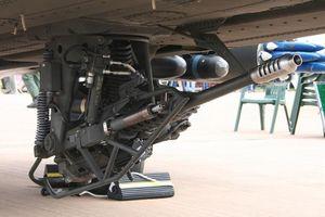 Lý do pháo M230 trên trực thăng Apache nã đạn nhầm vào xưởng sửa chữa