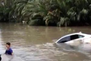 Ô tô rơi xuống sông, tài xế may mắn thoát khỏi xe, được người dân cứu vào bờ