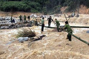 CAH Phước Sơn làm cầu tạm vượt thác vào vùng bị cô lập