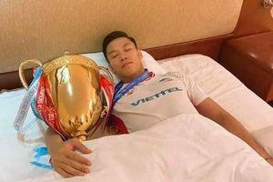 Quế Ngọc Hải xin phép vợ ôm cúp vô địch ngủ riêng