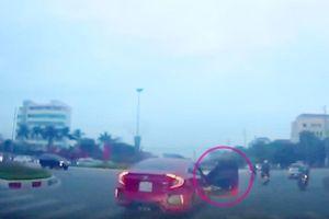Mở cửa ô tô khi đang chạy, bị xử lý ra sao?