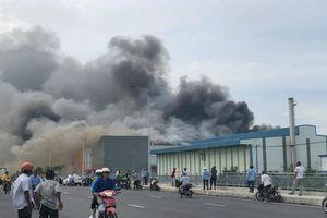 TP.HCM: Hiện trường vụ công ty 12.000m2 bị thiêu rụi, khói bốc cao hàng chục mét