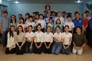 Thí sinh Hoa Hậu Việt Nam tổ chức đêm nhạc cho trẻ em khiếm thị tại mái ấm Thiên Ân