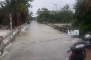 Clip bão số 12 quần thảo ở thị xã Đông Hòa, Phú Yên sáng ngày 10/11