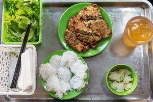 Báo nước ngoài đưa tin về hàng chả rươi 30 năm đông khách nhất nhì Hà Nội, món ăn trông thì 'rùng mình' nhưng ăn vào lại thấy vị bất ngờ