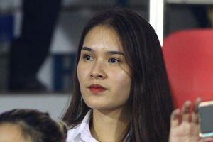 Vợ Hùng Dũng đọ sắc cùng dàn sao Việt trên khán đài