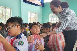 200 phần quà tặng học sinh vùng lũ Nông Sơn