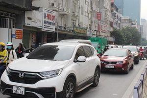 CSGT xử lý 'nóng' điểm đen cầu vượt Nguyễn Chánh chui đầu vào chỗ tắc