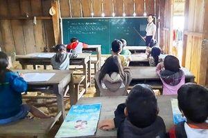 Mưa bão cuốn sập trường, cô thầy phải mượn nhà dân để dạy học
