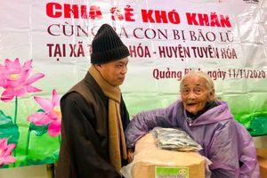 Ban Văn hóa Phật giáo TP, Q.12 tặng quà tại miền Trung