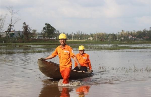 Chuyện những người thợ điện trong mùa lụt, bão