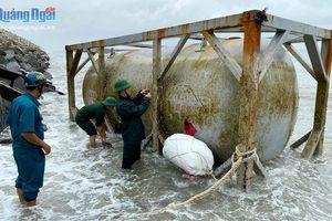 BĐBP Quảng Ngãi phát hiện nhiều vật thể lạ trôi dạt trên biển
