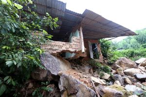 Nha Trang rà soát nơi nguy cơ sạt lở, Hà Tĩnh cấm tàu ra khơi phòng bão số 13