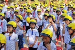 Trao tặng gần 2.000 mũ bảo hiểm đạt chuẩn cho học sinh tỉnh Yên Bái