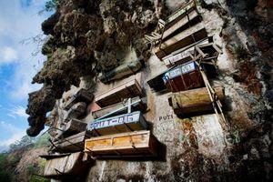 Nghĩa địa quan tài treo trên vách núi ở Philippines