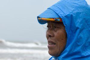 Dân Quảng Ngãi lo sóng lớn đánh sập nhà trong bão số 13
