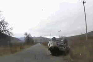 Ô tô lộn vòng hất văng người phụ nữ ra khỏi xe