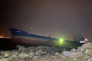 Nỗ lực đưa 10 tấn dầu DO trên tàu gặp nạn lên bờ trước khi bão số 13 đổ bộ