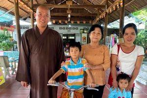 Trao quà cho học sinh, người dân vùng lũ miền Trung