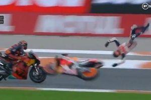 Tay đua MotoGP rơi khỏi xe