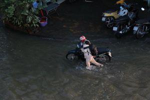 TP Hồ Chí Minh: Người dân vất vả vì triều cường đạt đỉnh hơn 1,7m
