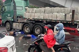 Va chạm với xe đầu kéo gần cầu Vĩnh Tuy, 2 người tử vong