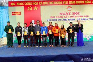 Lãnh đạo Ủy ban MTTQ tỉnh dự ngày hội Đại đoàn kết tại Làng Nhâm, huyện Nghĩa Đàn