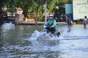 Triều cường cao hơn 1,7m, hàng loạt tuyến đường TP Hồ Chí Minh chìm sâu trong nước