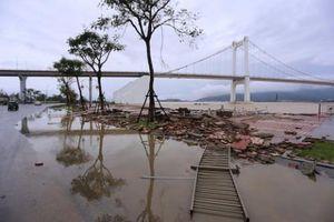 Ảnh hưởng của bão số 13: Thành phố Đà Nẵng ngập sâu trong nước, bờ kè sông Hàn hư hỏng nặng