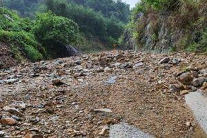 Nhiều tuyến đường ở Quảng Bình lại bị chia cắt sau bão số 13