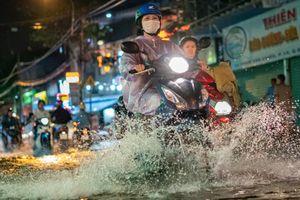 TP.HCM có mưa, triều cường tiếp tục đạt đỉnh