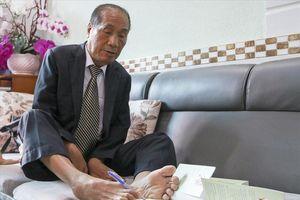 Thầy giáo Nguyễn Ngọc Ký viết lên bảng bằng cách nào?