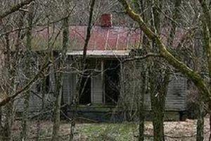 Vụ thi thể phụ nữ đang phân hủy trong nhà hoang: Nghi can 55 tuổi chết trong tư thế treo cổ