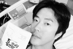 Vợ Kwon Sang Woo trấn an fan sức khỏe của chồng sau khi nối gân chân