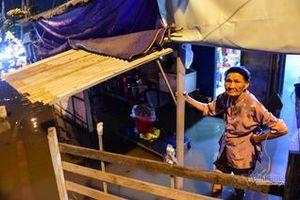 Người dân TP.HCM vật lộn với đỉnh triều 1,7m