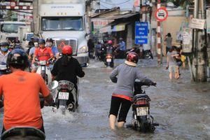 Triều cường đạt đỉnh, người dân TP.HCM bì bõm lội 'sông'