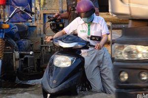 Người Sài Gòn vội về nhà giữa triều cường, nhiều người phải dắt xe máy