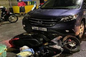 Quảng Ngãi: Ô tô kéo lê xe máy chở sản phụ hàng trăm mét, hai nạn nhân nhập viện